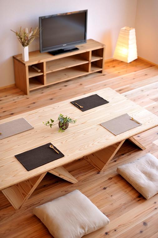 杉の三層パネルを用いたテーブル。脚を廻せばダイニングテーブルにも座卓にもなる