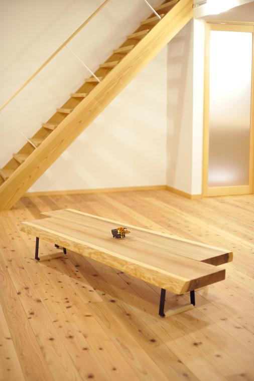 杉の厚板を二枚に分けて使えるテーブル。当社オリジナルのスチール脚がアクセントに