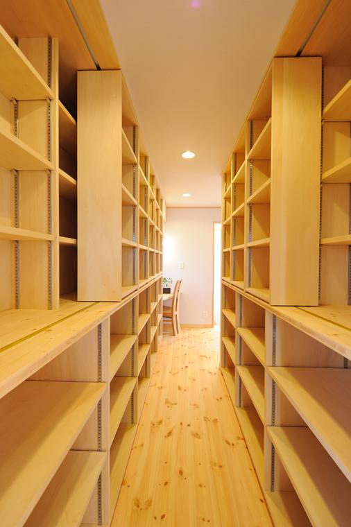 ホール面に造り付けの大容量のスライドブックシェルフ