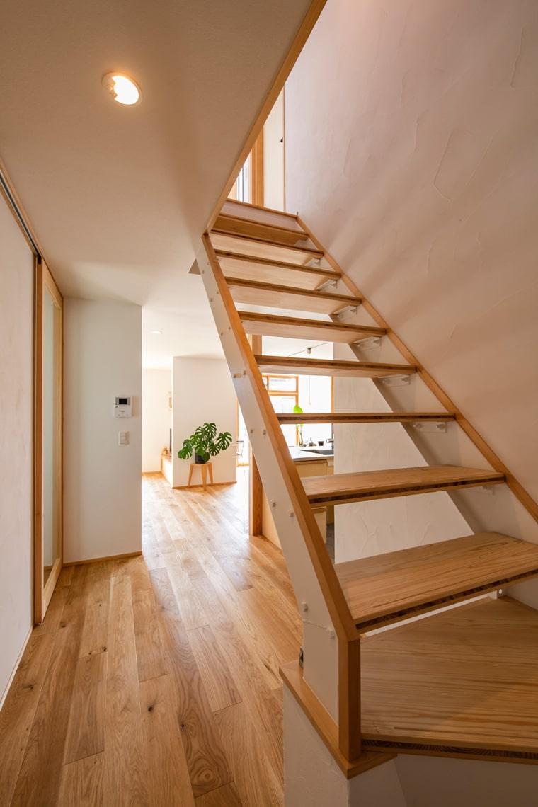 電気をつけないと真っ暗だった鉄板と絨毯仕上げの階段を、踏み板に杉板に入れ替えて明るく風通しの良いスケルトン階段へ。
