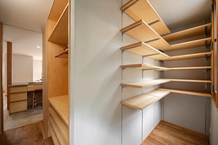 キッチンの勝手口だった場所には、ストックヤードにウォークインクローゼットを新たに設けて溢れない室内を実現。