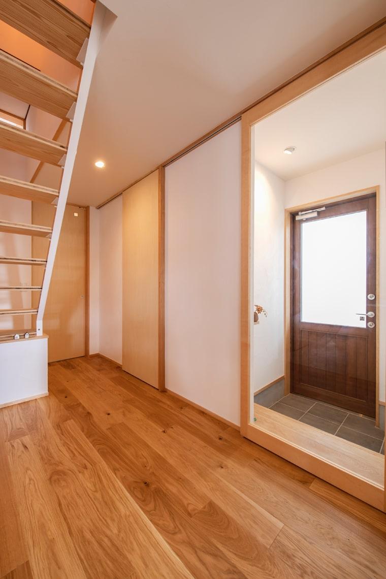 冷たいスチールのドアから高性能木製ドアに入れ替え、室内の建具は全て天井までの高い吊り引き戸としたので邪魔にならず便利、そして明るい。
