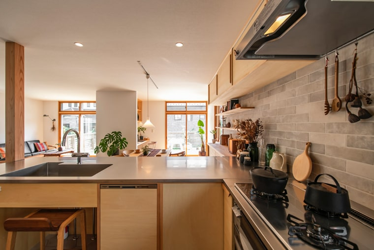 AFTER: 対面キッチンからLDとウッドデッキを眺める