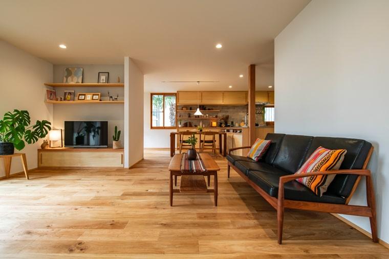 床暖房対応のオーク無垢材のフローリングで夏も気持ちの良い足ざわりに加え、調湿性高い珪藻土でさらったした室内になりました。