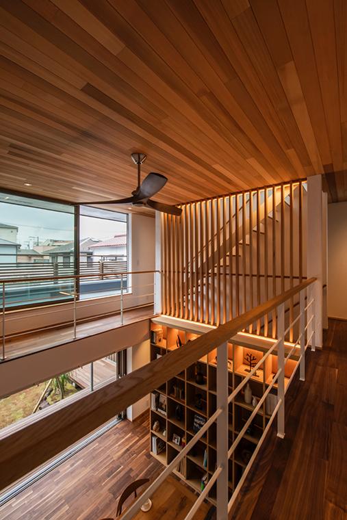 間接照明によってストリップ階段や壁面収納が優しく浮かび上がります