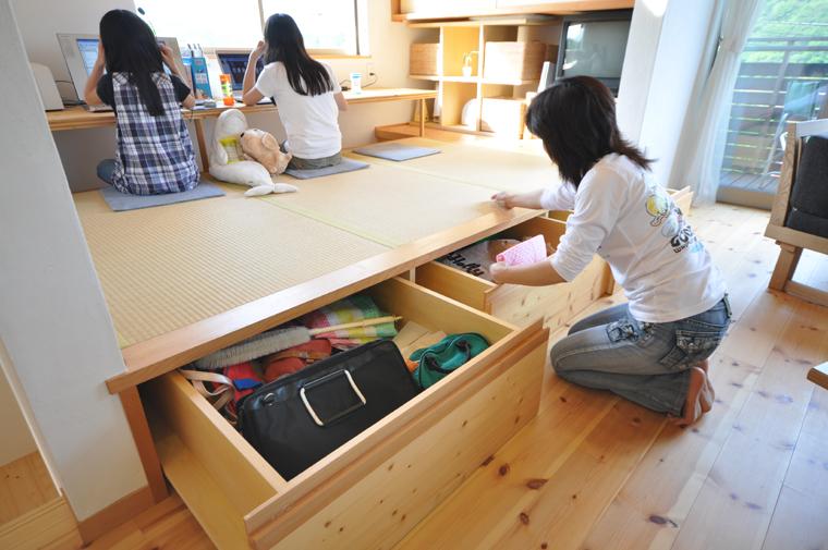 リビングに並んだ畳スペースにある掘り込みカウンター。収納としての役割も持たせ、空間を有効に活用できる。