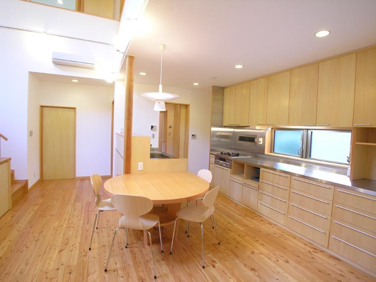 キッチンに据え付けた丸テーブルは使い勝手が良く部屋のポイントに