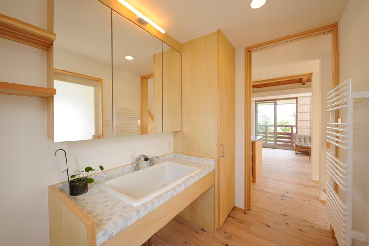 壁付けのタオルウォーマー/室内ヒーター。パイプの中をめぐる温水が安全な温度でゆるやかに暖めます。