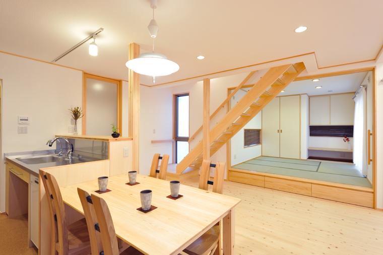 引き戸で閉じれば小部屋にもなるLDKに隣接した畳部屋