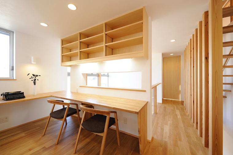 本棚も充実させた本格的な勉強部屋で、父親の書斎と横並びに家族一緒に仕事や勉強をして絆を深めます
