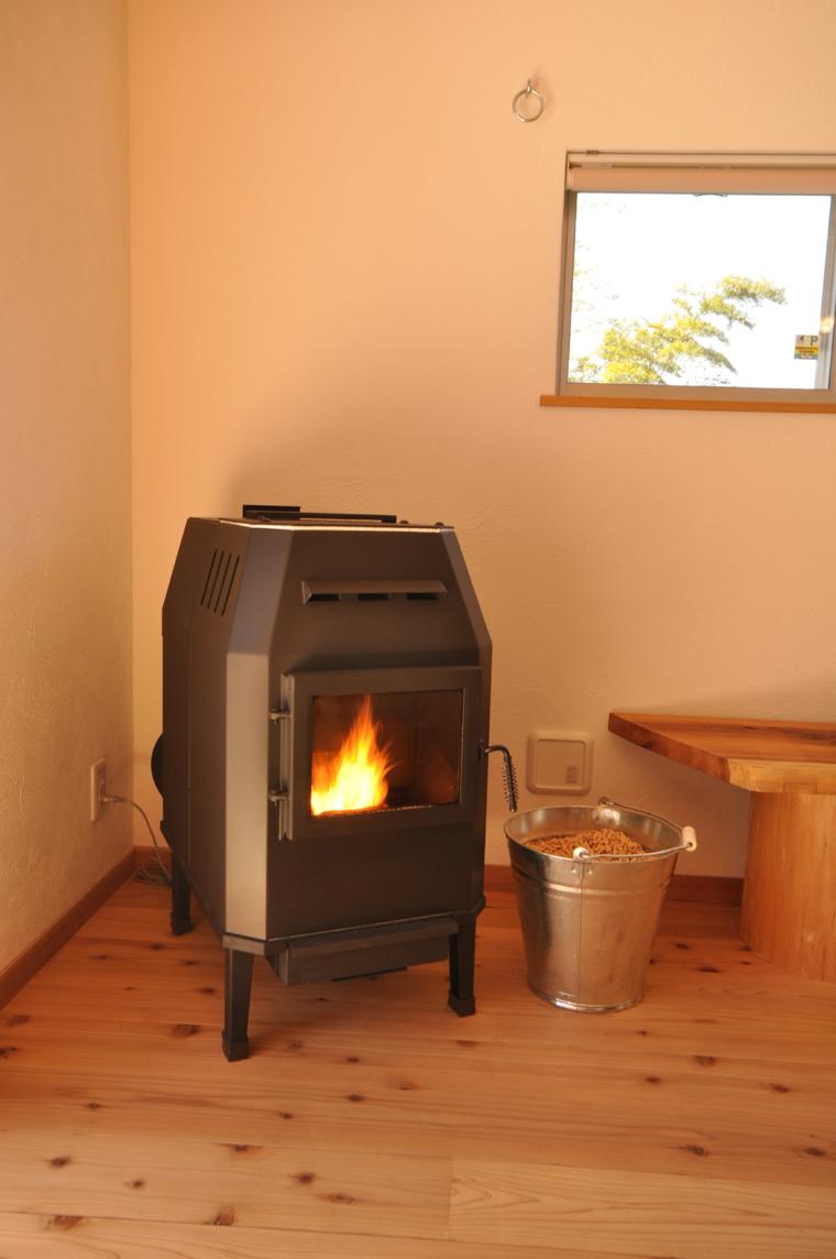木のチップを燃やしてその熱をファンで送風する「ペレットストーブ」