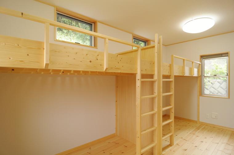 間柱を利用して造った高床式ベッド