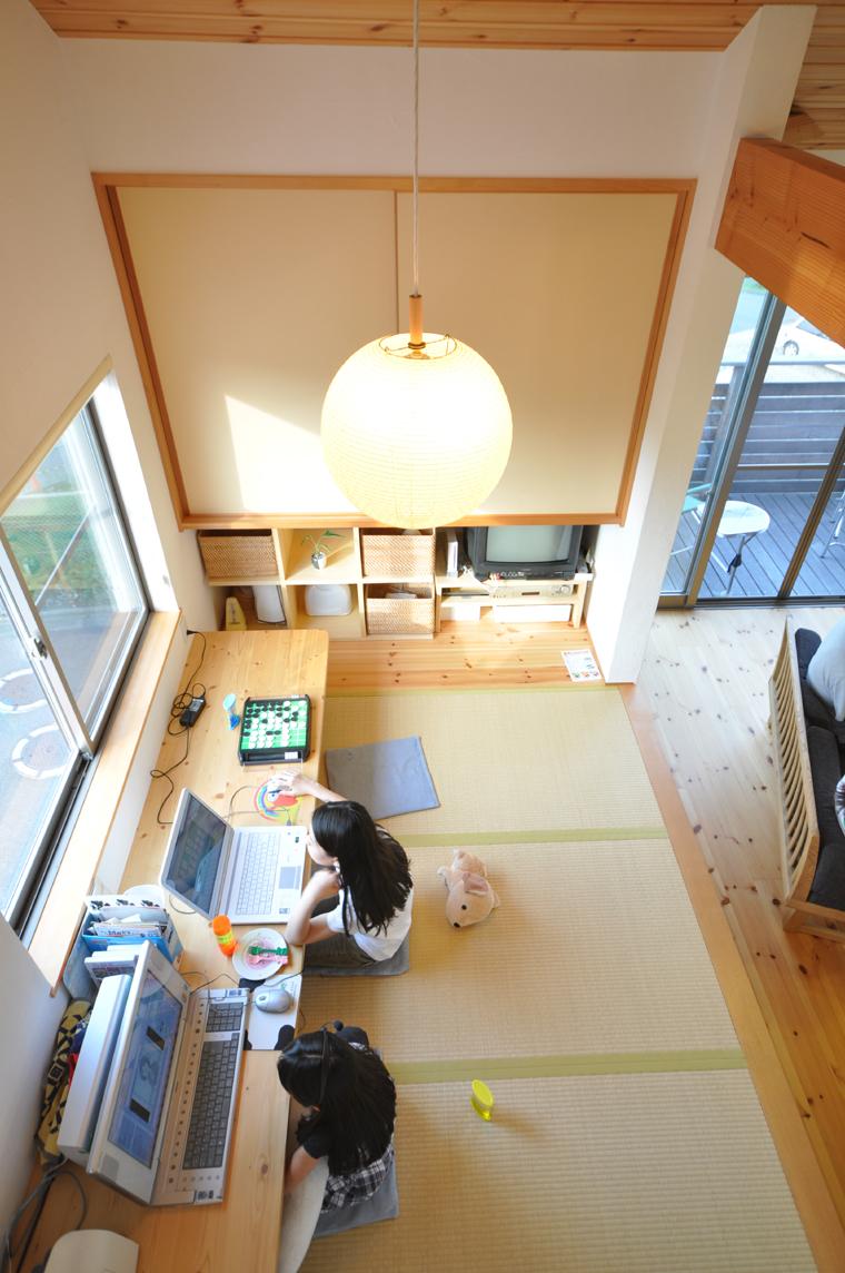 掘り込み座卓式のスタディーカウンターの畳部屋
