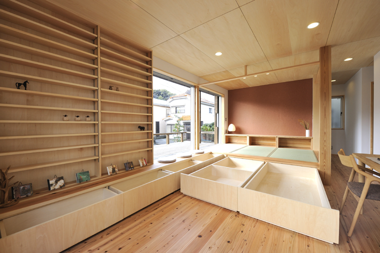 畳スペースが作り出す段差は、椅子やソファに対しての視線の落ち着きだけでなく、収納スペースとしても大いに活用されています