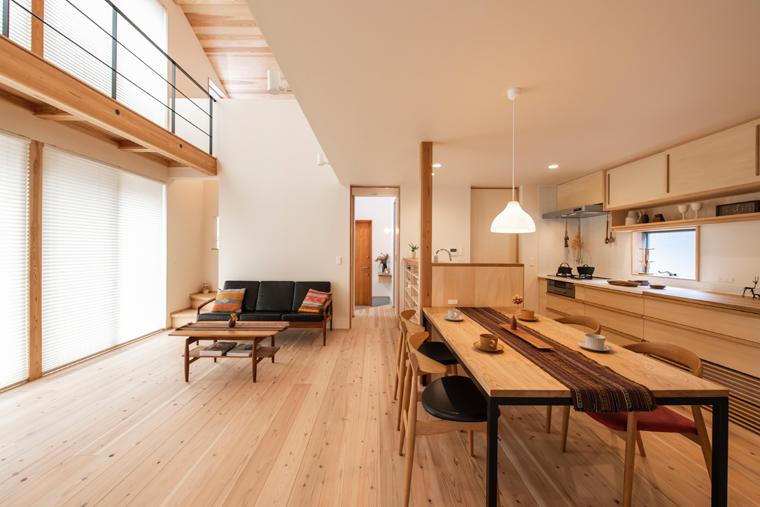 LDK・水回り・寝室を1階に集約した平屋ベースのお宅「つみきの家」。<br /> 2階は子供部屋と納戸のみで、メイン動線は1階のみで完結している。