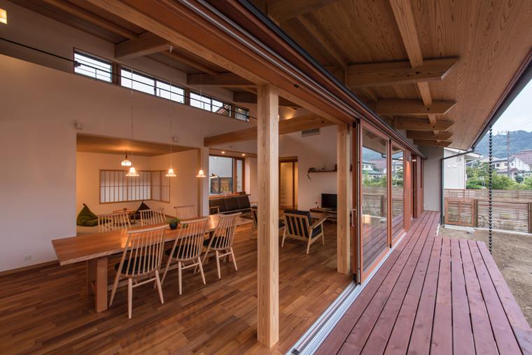 自然光を取り入れるハイサイドライト(高窓)を設置した例。室内からは空が切り取られて見え、外からの視線を避けながら気持ちのいい開口を作ることが出来ます。