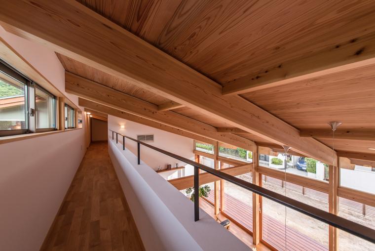 ハイサイドライトは、内外の圧力差(煙突効果)を利用して、熱くなった室内の空気を効果的に排出させたり、通風窓としても役立ち、温熱環境的にも◎です。