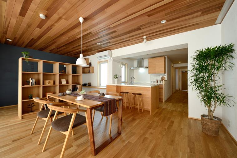 レイアウトの自由度が何よりの利点。フルリノベーションによって、好きな形のキッチンや造作家具などが楽しめる。床暖房対応のナラフローリングと天井に貼った米杉という無節でまとめた空間は木がふんだんに使われながらも上品さが漂います。