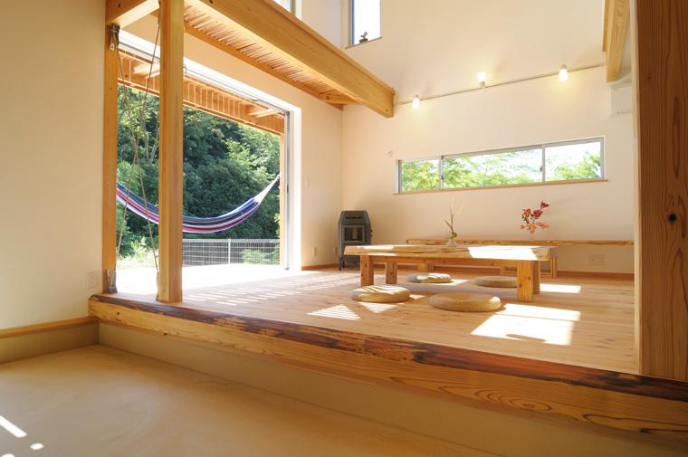 8畳ある珪藻土仕上げの玄関土間と明るい陽光が差し込むリビング