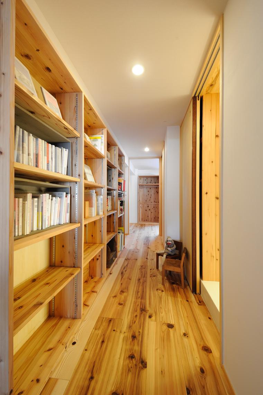 写真⑪ 廊下の余白を利用して壁面収納を制作。家族全員のブックコーナーとしました。