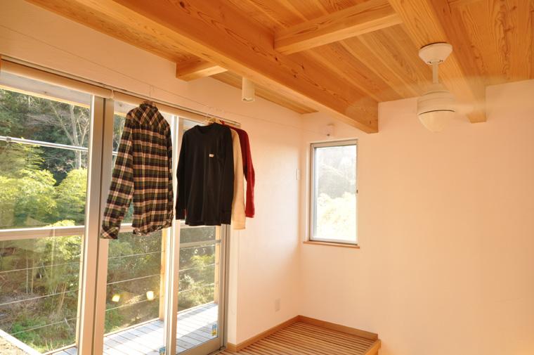 収納用の物干しワイヤーで見た目すっきり、窓際で陽が当たってよく乾く物干しスペース