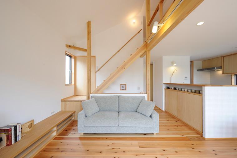 広い空間に置かれた白いソファ