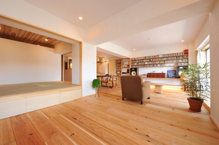 断熱や遮音対策を施したうえで、無垢のフローリングや珪藻土などの天然素材で仕上げた室内は無機質なマンションとは思えないぬくもりがあります。厚み3cmの吉野杉フローリングを採用。