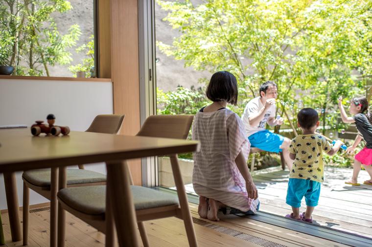中間領域としてのデッキを介して一体となった空間は、家族の団らんの場となります