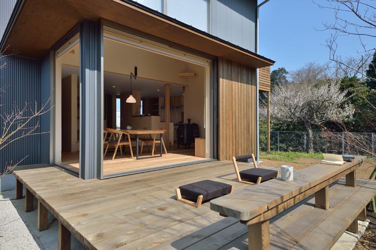 木々を眺めながら家庭菜園を楽しむ作業スペースとしても活用されるウッドデッキ。ベンチに腰かけたり、お茶を飲んだり、マルチユースなスペース。