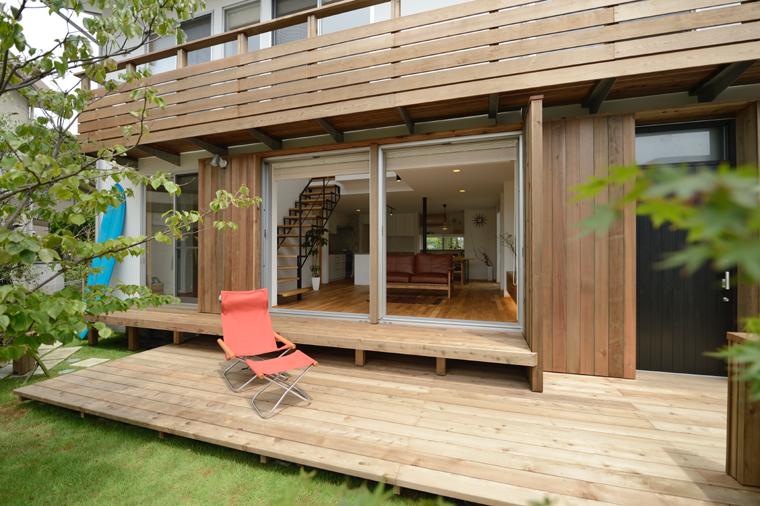 1階部分は腰掛けをつくり、庭と段差の少ないデッキとすることで、庭との一体感を生み出している。2階のベランダ部分は溶融亜鉛メッキ仕上げの金物で持ち出しのデッキとしている。材種:レッドシダー
