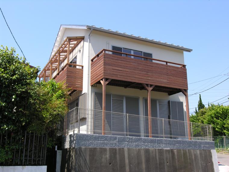 屋根付きの物干し用ベランダと見晴らしを楽しむ眺望デッキの組み合わせ。材種:イペ