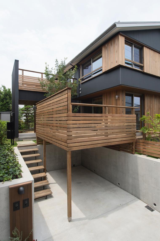 1段高い造成宅地の駐車スペース上のデッキ。1階のリビングから使えるようになっている。材種:レッドシダー