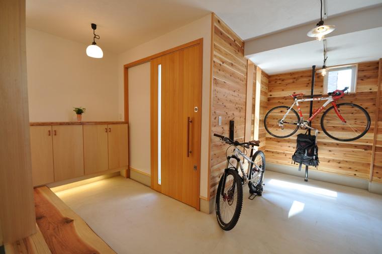 玄関脇にしつらえたサイクルヤードの土間には手洗いコーナーも用意されている