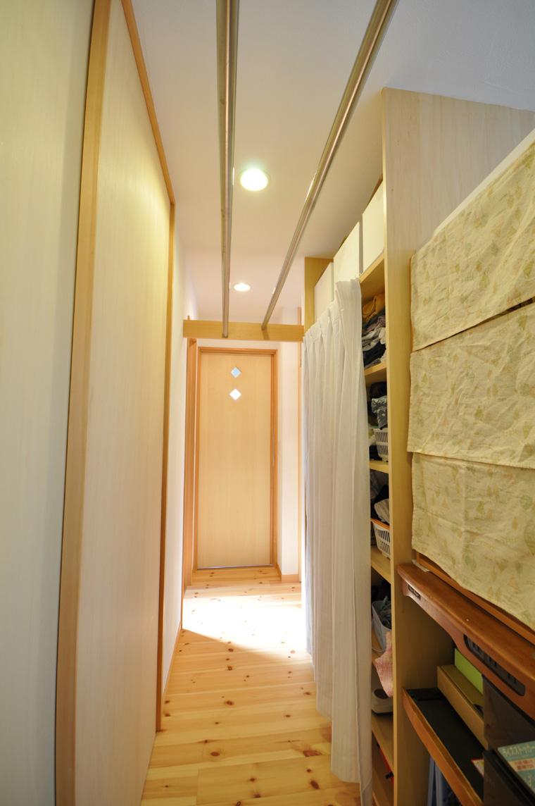 キッチン裏手の洗面所からベランダに通じる裏動線上の通路に物干しスペースを設置