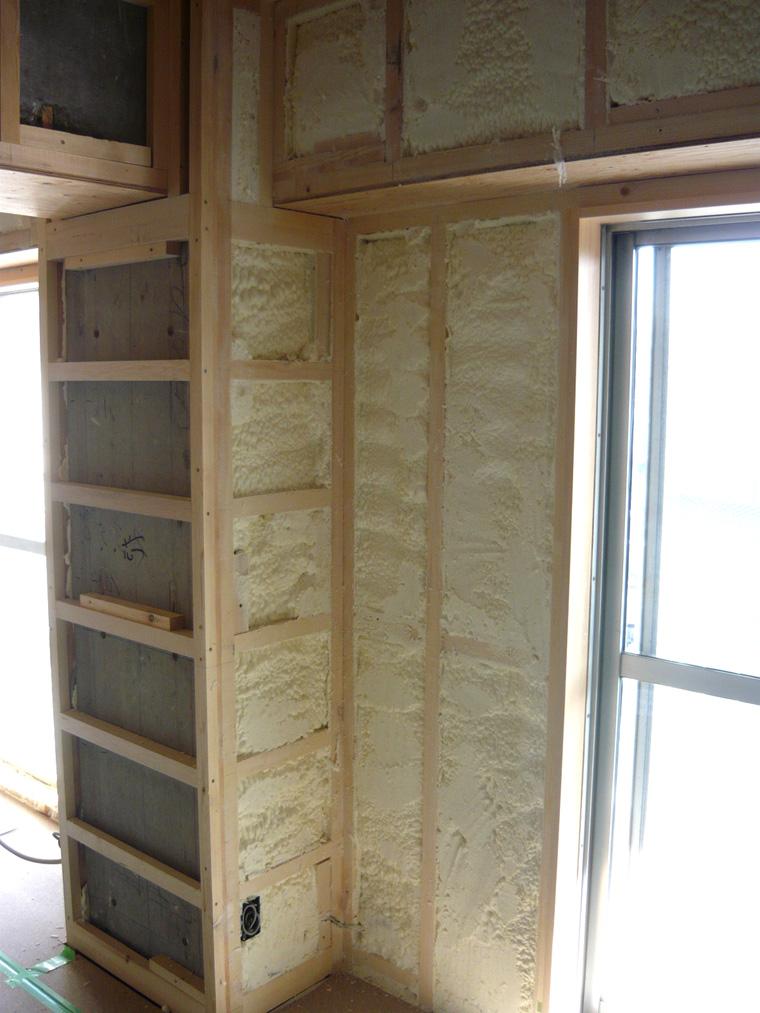 外壁面などは現場発泡吹きつけ断熱材で充埴して、結露やカビのない室内へ。見栄えよりもまずは性能を上げることが大切。