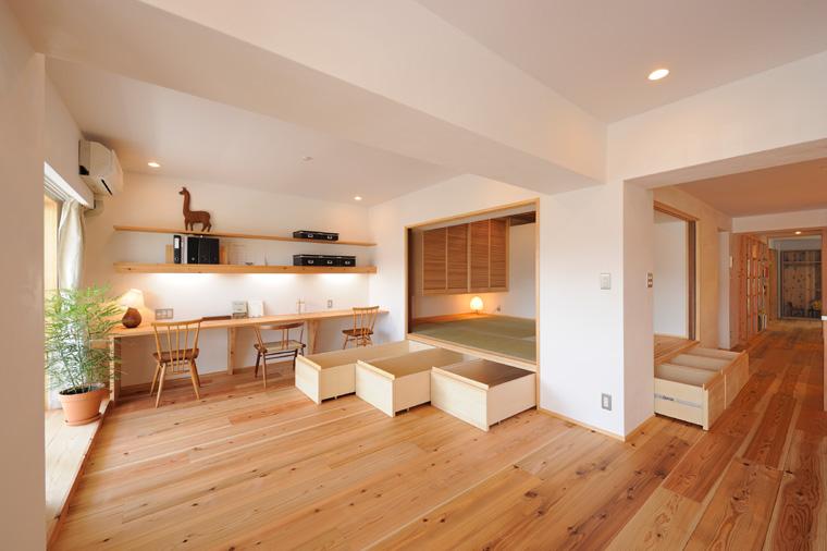 写真④ 二方向に開け放てる和室は床を一段上げて腰かけにもなっています。段差を利用して沢山の収納量を確保。