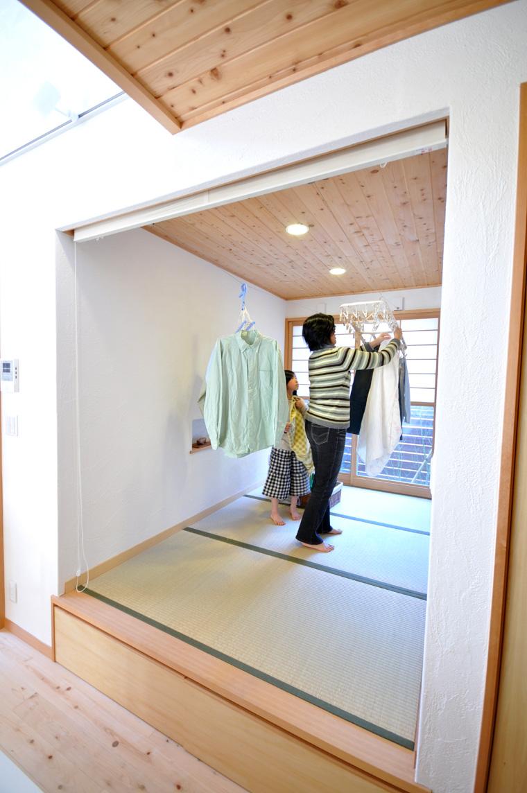 収納式ワイヤーを2本設置して大量の洗濯物にも対応できる、家事室兼予備室のようなスペース