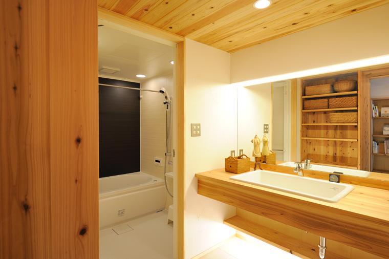 写真⑦ 洗面室は窓が取れないことが多いので、鏡を大きくして閉塞感を無くし、シンプルな収納構成で清潔感のあるスペースに。