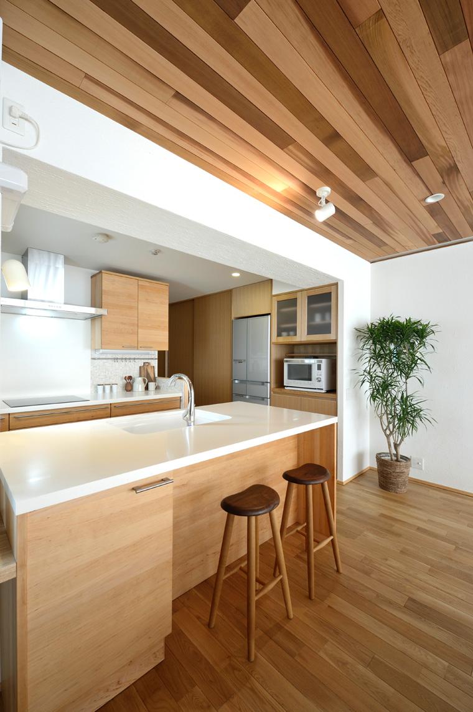 写真⑨ 天井高や素材を変えて単調な室内をリズムのある空間に。柱・梁の凹凸を利用して収納や什器をすっきり納めました。