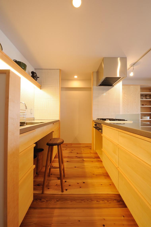 写真⑩ 明るく風が良く通るオープンキッチン。家具や扉の素材と合わせて大工造作による完全オーダーでしつらえています。