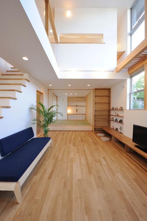 リビング (その他の地域) 部門にて受賞:逗子「海と暮らす藍の家」<br /> 小上がりの和室に続く、開放的なリビング。藍色のソファが効いてますね。