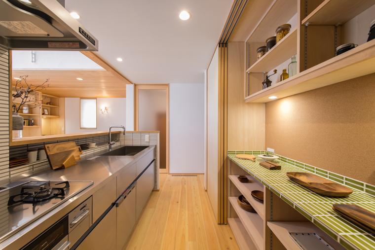 10位:「木楽の家」キッチン<br /> ステンレスキッチンの背面側に、来客時は扉で隠せる大容量収納の作業カウンターを設置