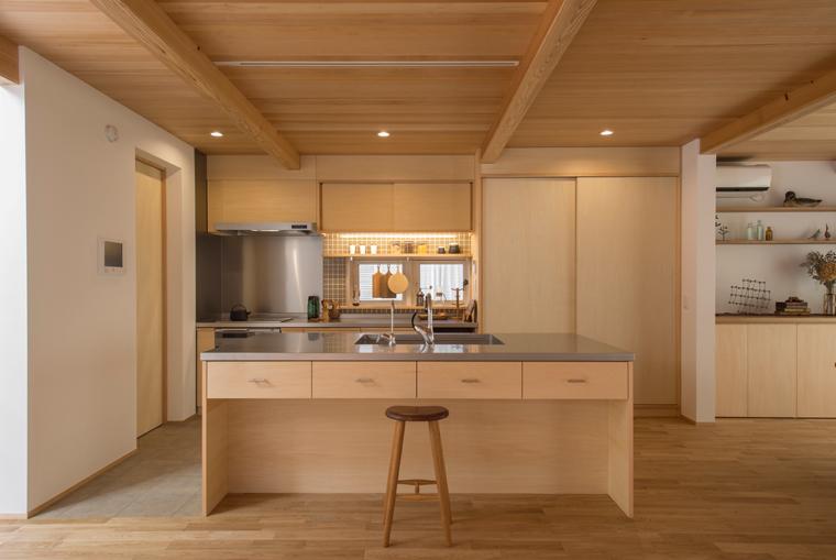 4位:「KAMAKURAYAMA BASE」キッチン<br /> LDKと統一感のある大工造作のアイランドキッチン