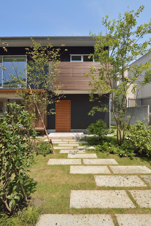 5位:「ヒダマリの家」玄関アプローチ<br /> 自然な雑木と芝と大谷石の飛び石がさわやかな印象です