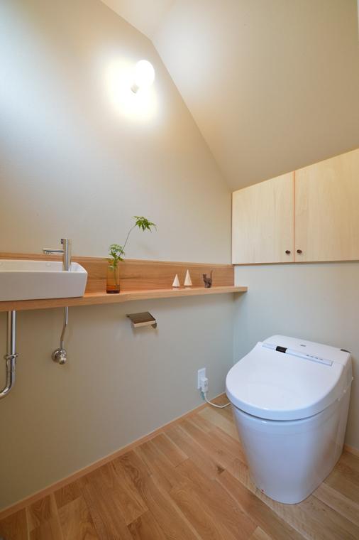 7位:「風薫る家」トイレ<br /> 畳1帖&階段下のトイレですが、既製の手洗いボウルに造作カウンターを設けて、小さいながら充実した空間です。