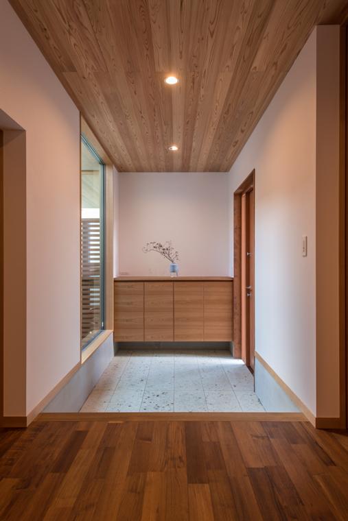 3位:「悠景の家」玄関<br /> 玄関扉を開けた正面に中庭を望む窓が印象的な玄関です