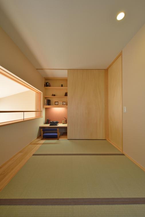 9位:「はなさくいえ」寝室和室<br /> 畳敷き寝室の押入れの半分をデスクカウンターに。足元は掘り込みタイプになっています。