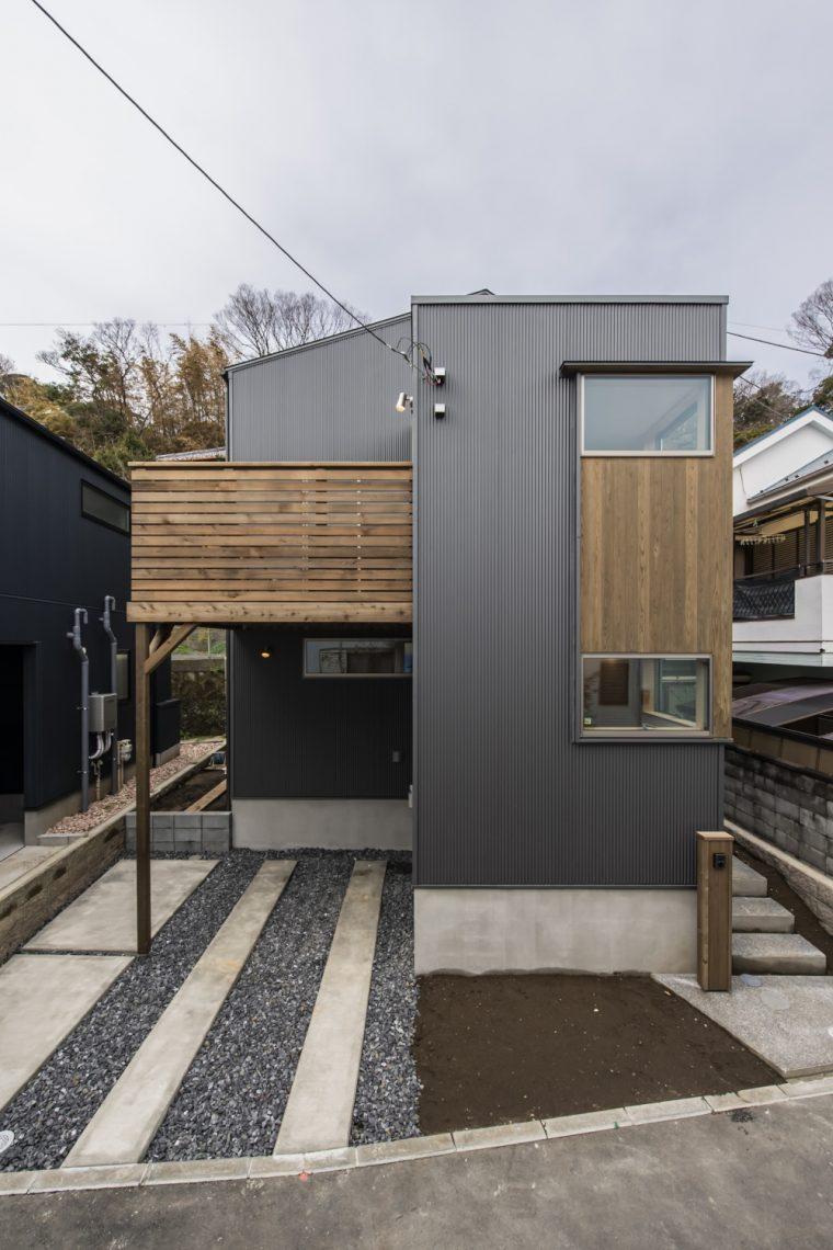 外観はガルバリウムの波板鋼板とウッドロングエコ塗装した杉板とレッドシダー組み合わせでシンプルなファサード。植栽はこれから入ります。