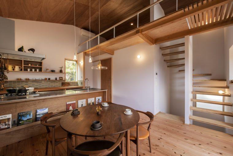 屋根裏を利用した勾配天井で伸びやかで開放的な空間をつくれるのが特徴の二階リビング。固定階段をロフトにつなげると実用的に有効活用できます。ロフトの構造も軽快に強いうえに軽快に見せるため跳ねだしにして、杉のJパネルを使いエッジもシャープなデザインに。勾配天井はラワン合板の目透かし貼り&蜜蝋ワックス仕上げ