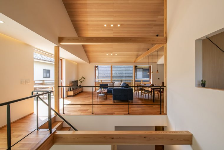 二階リビングから続くウッドデッキは大きな一枚の木製引き戸でつながり明るく一体感のある伸びやかな暮らしを実現しています。構造材は紀州山長商店の杉・桧を使い、アメリカンブラックチェリーのフローリングと天井に貼った米栂が上品な質感を醸し出しています。